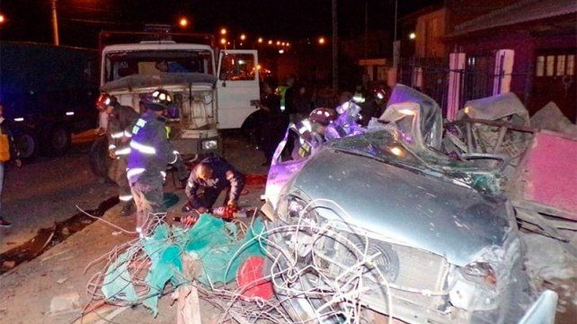 Camión fuera de control chocó una casa y dos autos: murió niño de 8 años