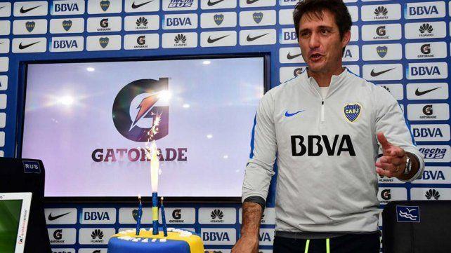 El DT de Boca festejó su cumpleaños antes de la conferencia de prensa