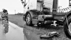 Impacto. El camión arrastró a la moto unos 200 metros.