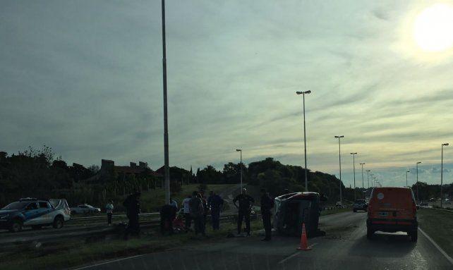 Choque y vuelco frente a La Tortuguita: hay dos mujeres lesionadas