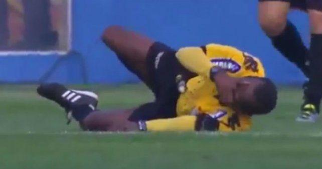 El arbitro se lesionó solo.