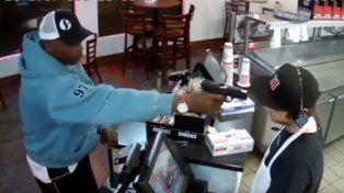 Furor por el video de un cajero durante un robo a punta de pistola