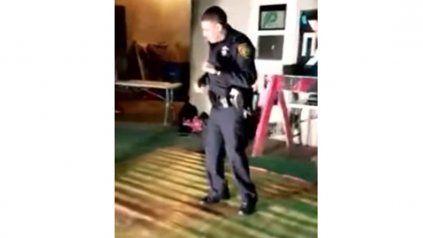 Llamaron a la Policía para detener fiesta y un oficial terminó bailando salsa