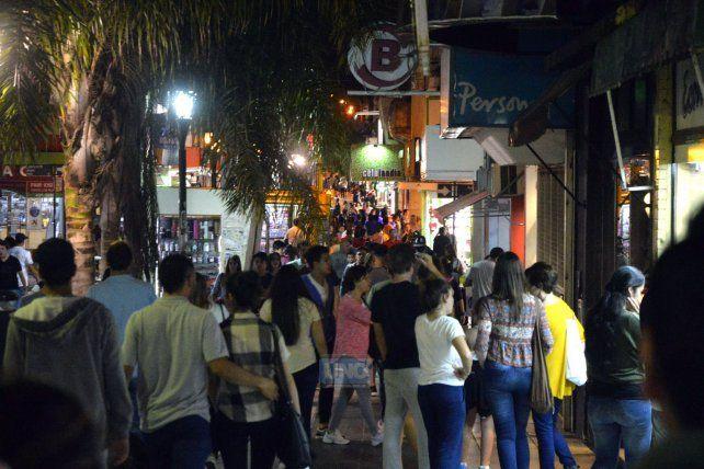 Un mundo de gente en el centro de Paraná. Foto UNO Mateo Oviedo.