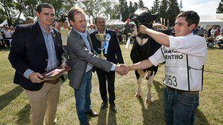 Gustavo Bordet dialogó con tamberos en la fiesta de la leche