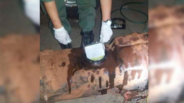 Incautaron cocaína en el taque de combustible de un auto que iba por la ruta nacional 14