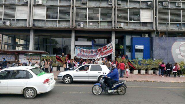 Docentes que no percibieron el sueldo de marzo protestan frente al Consejo de Educación