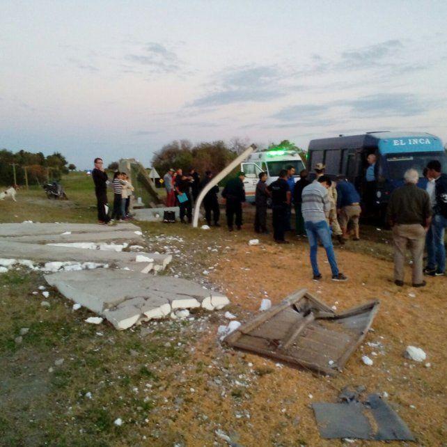 Cuatro personas esperaban el colectivo cuando un camión destrozó la garita