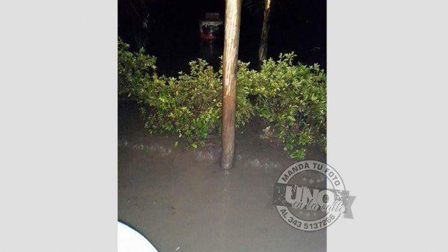 Se inunda con cada lluvia pero, en el municipio, esta calle figura como asfaltada