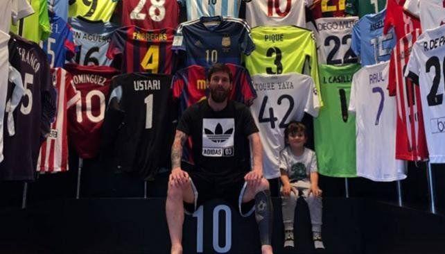 Messi mostró parte de su museo de camisetas