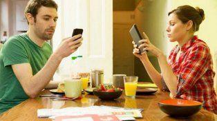 ¿Tu pareja te ignora por mirar su celular? 5 consejos para evitarlo