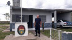 Horacio Iglesias en la puerta del Destacamento Moreira del departamento Federal.