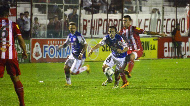 Sebastián Caballero formaría parte del mediocampo de Atlético Paraná esta noche.