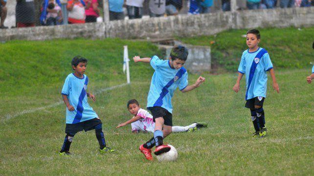 Con los chicos. El club Don Bosco organiza todos los años torneos para las categorías formativas del fútbol local y nacional.
