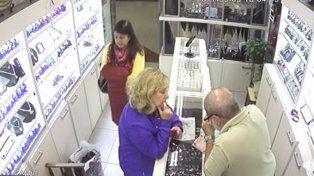 Los dueños de la joyería publicaron el video del robo en Facebook