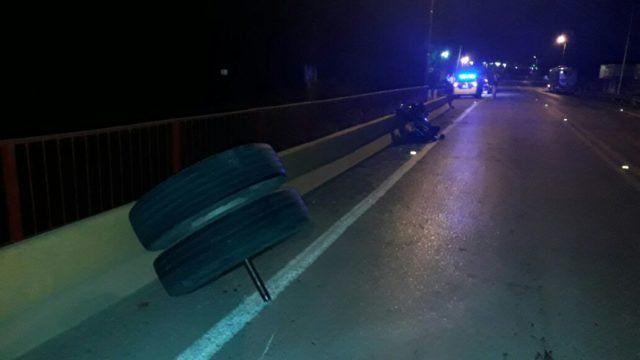 Dos motociclistas heridos por las ruedas que se desprendieron de un colectivo