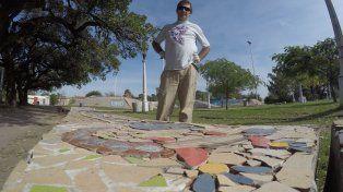 Un artista paranaense está embelleciendo el cemento gris del mobiliario urbano en el skatepark