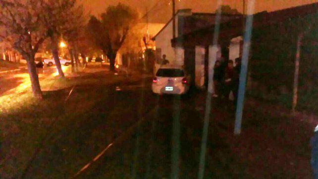 La Policía incautó drogas en el vehículo que chocó un poste de luz y un portón en calle Garrigó