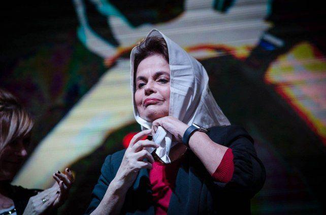 Dilma con el mundialmente reconocido pañuelo de las Madres de Plaza de Mayo. Foto prensa Madres.