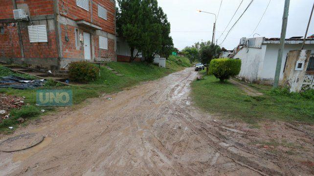 Las calles de tierra en los barrios de Paraná ya no filtran el agua. Foto UNO Diego Arias.