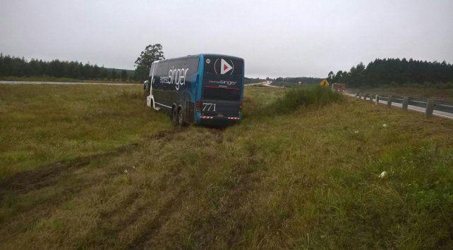 Un colectivo despistó en la autovía Gervasio Artigas y terminó en el cantero central