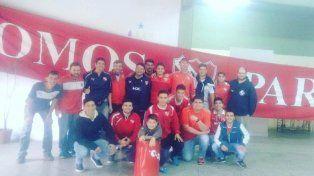 La Agrupación Independiente Paraná viajó a alentar al Rojo en el clásico ante la Acade