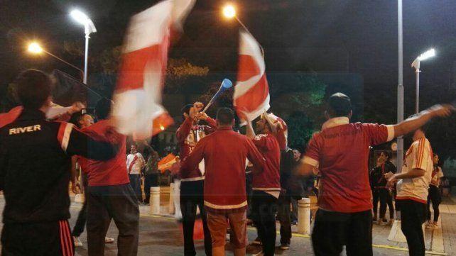 Los hinchas Millonarios festejaron frente a la Catedral de Paraná