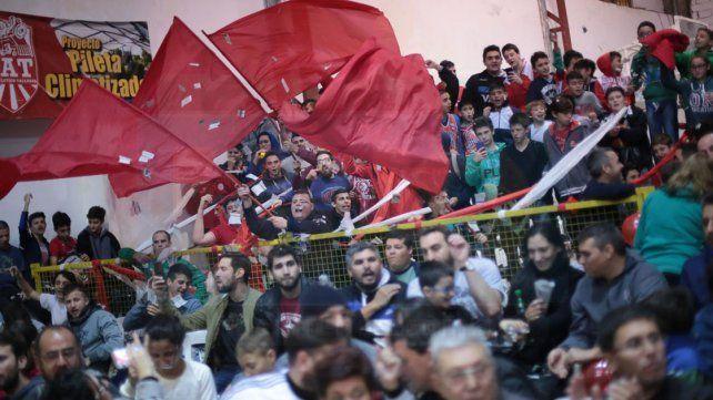 REPLETO. La cancha de Talleres fue una verdadera fiesta. Alrededor de 800 personas vivieron la segunda semifinal del Torneo Provincial con emoción y color.