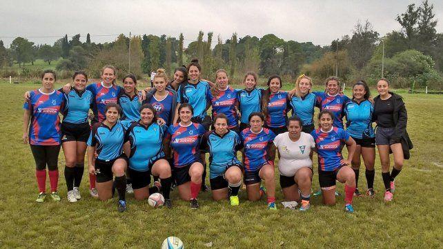 Las chicas de Vaimaca de Uruguay posan junto a las jugadores de Echagüe.