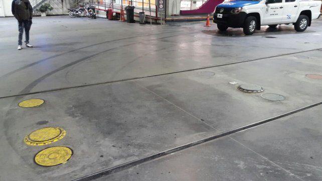 Un auto se quedó sin frenos y chocó contra una estación de servicio