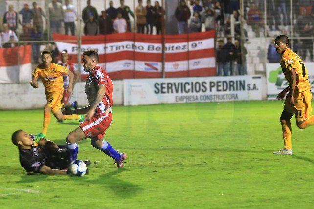 Felipe Cadenazzi y una noche para el olvido en el Pedro Mutio
