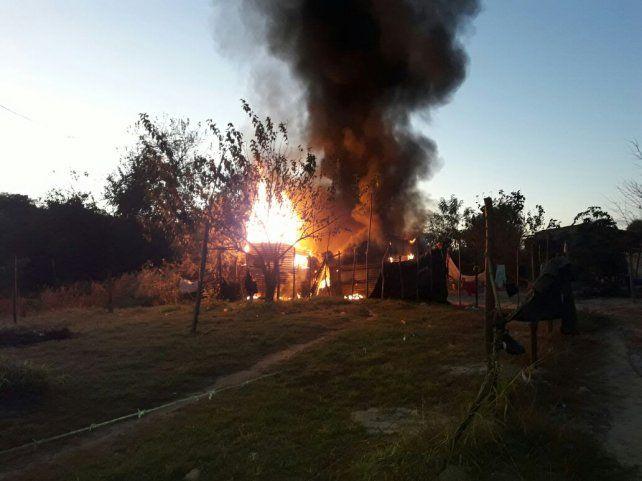 El fuego consumió la casa de Bajada Grande.