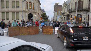 Los vendedores habilitaron solo un carril por corte en Papa Francisco y Urquiza. Foto UNO Mateo Oviedo.