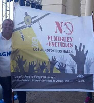 Mariela levanta la bandera de Paren de Fumigar las Escuelas.