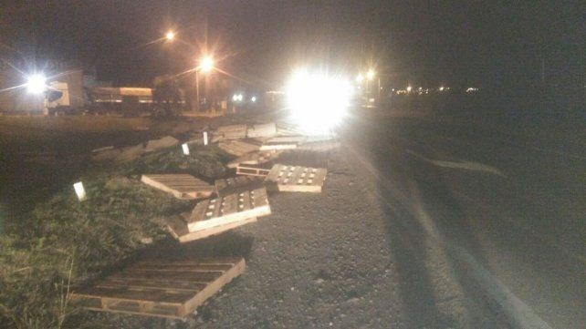Un camión cargado de tarimas de madera volcó en el Acceso Norte