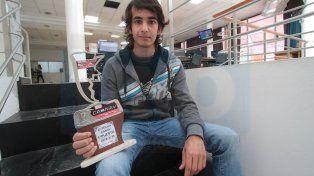 Santiago Micheloud muestra su trofeo por el primer lugar alcanzado en territorio riojano.