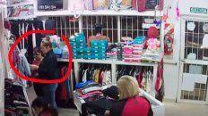 escrachan otro par de mecheras hurtando, en un local de ropa en parana