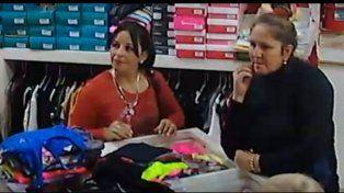 Escrachan otro par de mecheras hurtando, en un local de ropa en Paraná