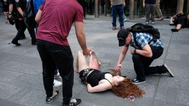 Una chica tirada en el suelo luego del accidente.