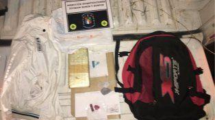 Llevaba el pan de cocaína dentro de la mochila junto a una bolsita con marihuana. Foto PER.