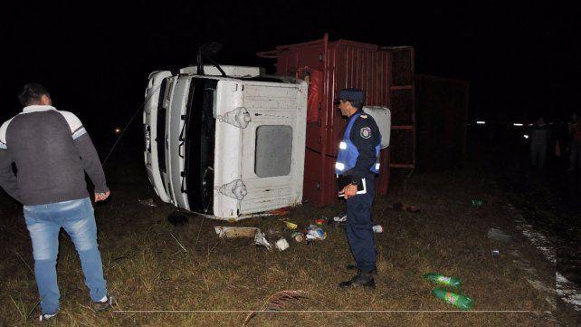 Un camión volcó y su conductor fue hospitalizado