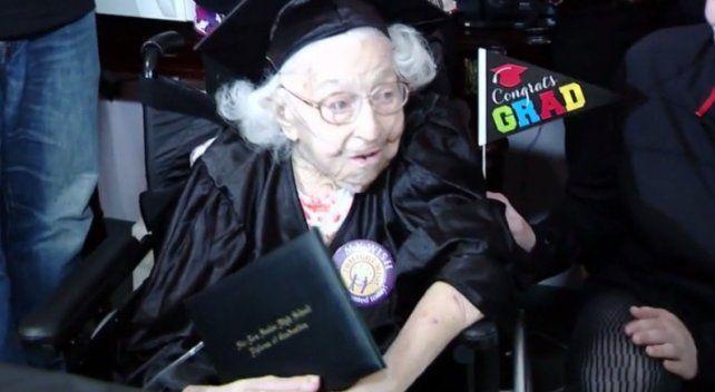 Una mujer de 105 años cumplió su sueño de recibir el diploma escolar