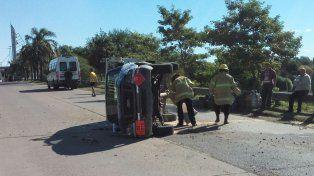 Volcó una camioneta con 15 garrafas porque el conductor evitó chocar una moto
