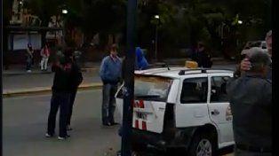 Paraná: Automóvil colisionó taxis en una parada y lesionó a un trabajador