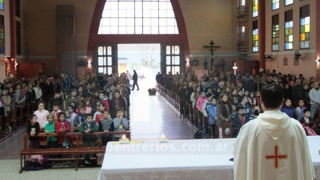 Cientos de personas concurren a Santa Teresita para venerar a la virgen que lloró sangre