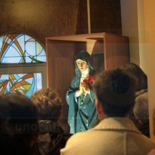 Visitas. A toda hora llegan personas a la parroquia, convocadas por el fenómeno.