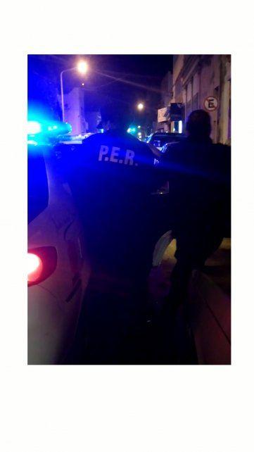 El momento en que la policía detuvo a la joven con su pequeño hijo.