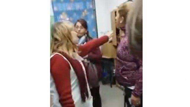 Una mamá le pegó una cachetada a una docente