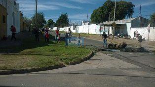 Familiares de los presidiarios acompañan la medida de protesta con un corte de calle frente a la Unidad Penal