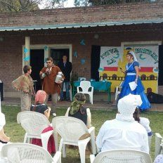 Los docentes y padres de la escuela 83 celebraron con los chicos el acto del 25 de Mayo